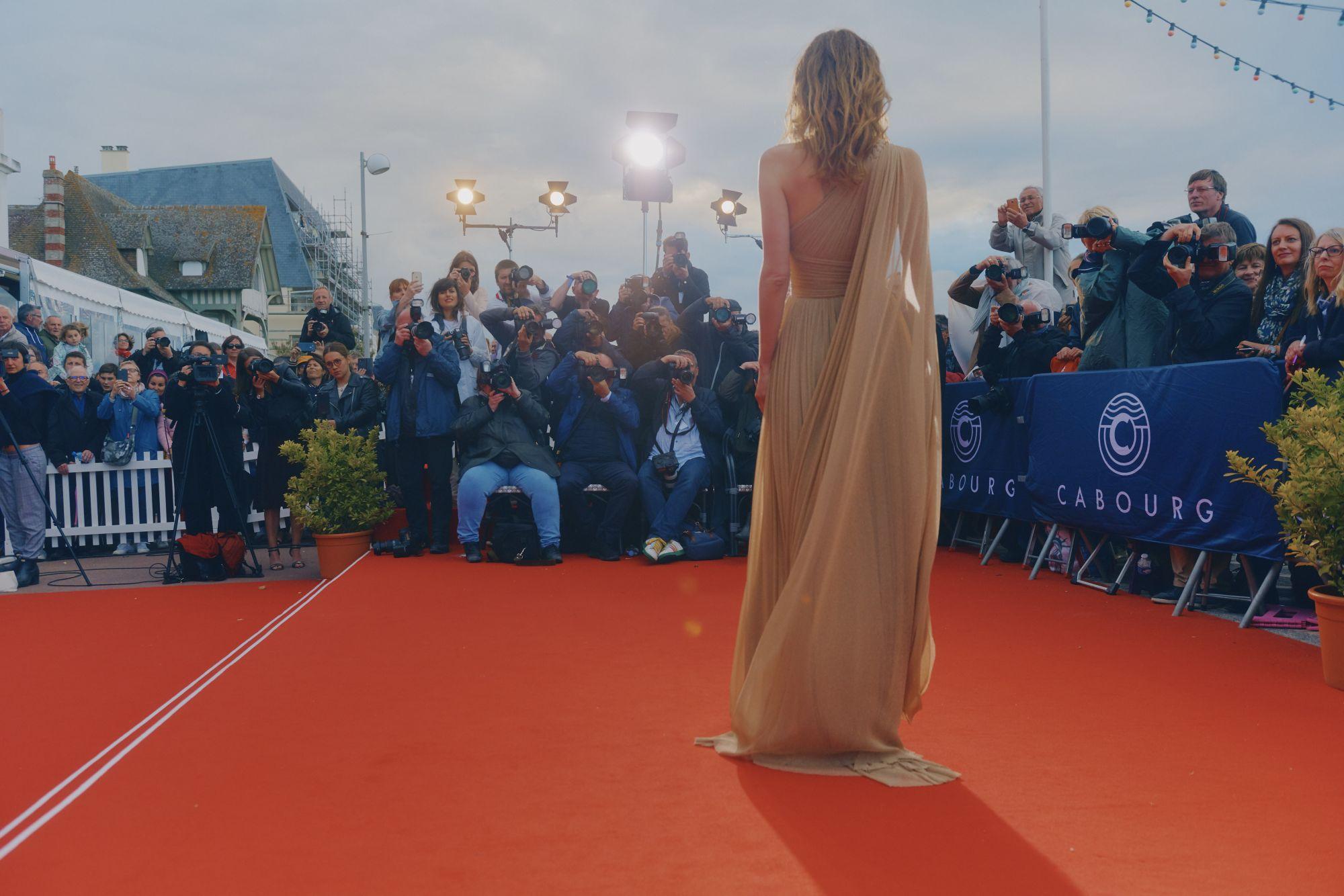 Doria Tillier (actrice) sur le tapis rouge du Festival Maquillage : Dr. Hauschka Coiffure : Franck Provost