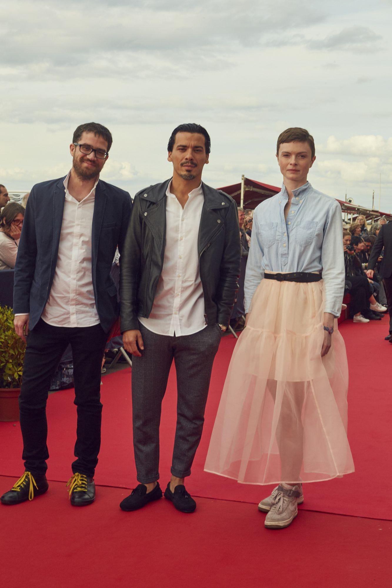 Jonathan Desoindre (réalisateur), Ella Kowalska (réalisatrice) et Tewfik Jallab (acteur)  Maquillage : Dr. Hauschka Coiffure : Franck Provost Chemise : Bourrienne Paris X
